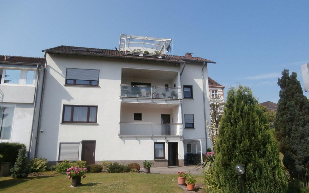 großzügige und helle Wohnung mit Balkon in gepflegtem Haus
