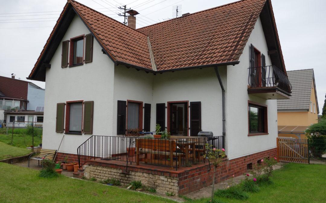 Freist. Einfamilienhaus mit 1 Zi-Appartement, Do-Garage, sonniges Grundstück