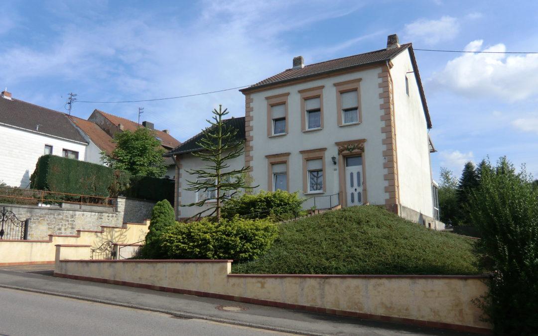 freistehendes 1-2 Familienhaus mit großem Grundstück und Ausbaureserve